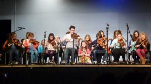 Le groupe des jeunes violonistes de Carrickmacross mené par Andrew