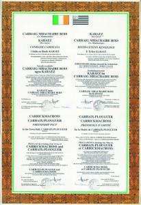 La charte du jumelageen quatre langues : anglais, français, gaëlique et breton.