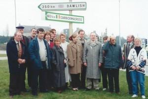 """Dessous les pancartes indiquant les autres villes jumelées avec Carhaix, la pancarte """"Carrickmacross-860km"""""""